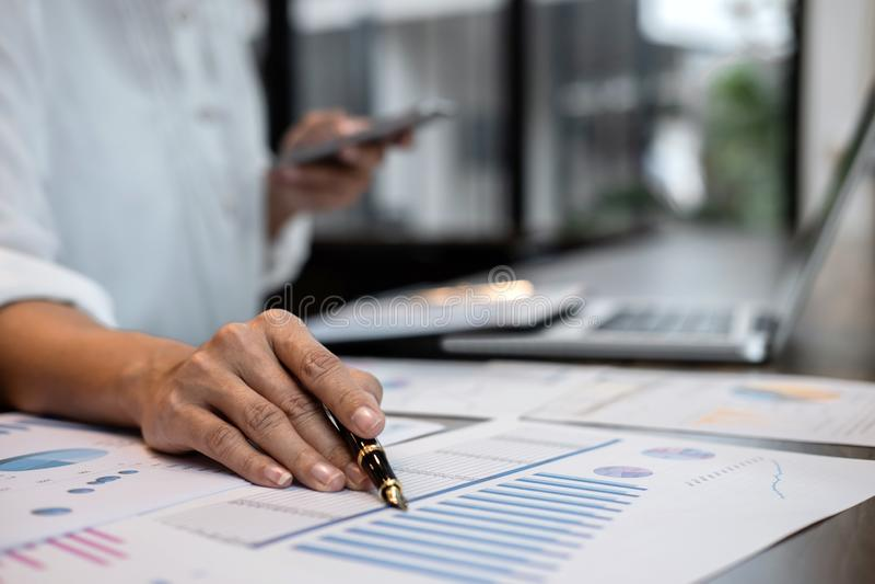 Auditoría de trabajo del contable de la mujer de negocios y cálculo de la declaración financiera anual financiera del balance del fotografía de archivo