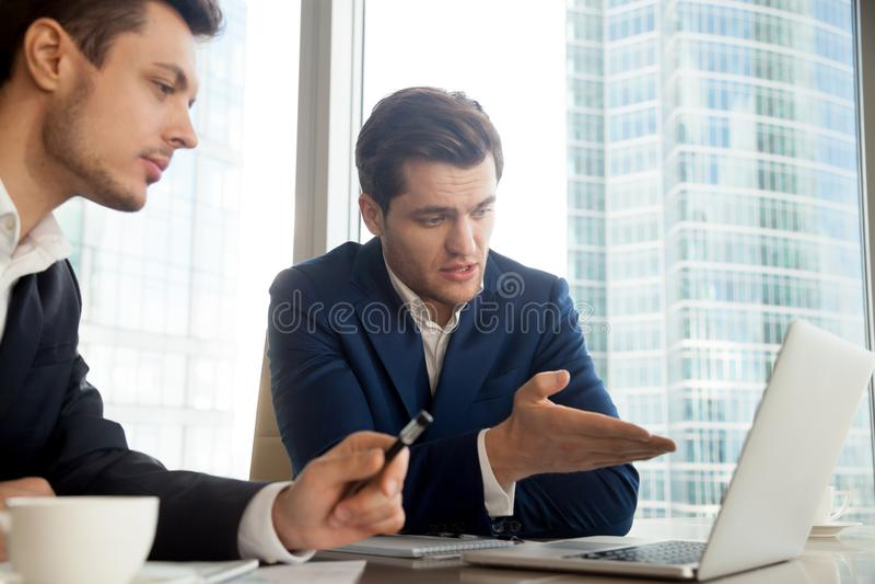 Auditor que explica resultados da auditoria ao cliente foto de stock