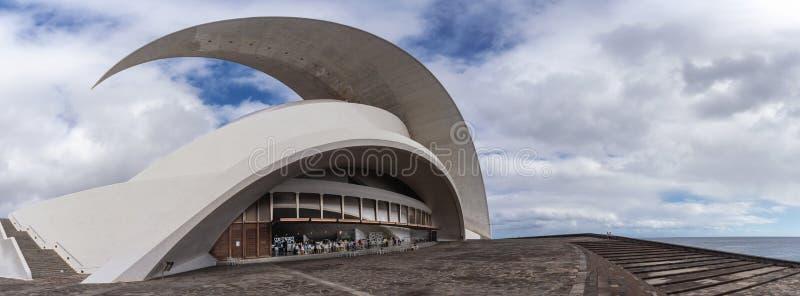 Auditorio de Tenerife, Santa Cruz de Tenerife, Espania - 26 de octubre de 2018: El parecer del este hacia la entrada y el café de foto de archivo libre de regalías