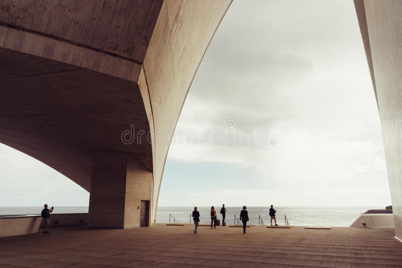 Auditorio de Tenerife, Santa Cruz de Tenerife, Espania - Oktober 26, 2018: Några besökare beundrar sikten till och med en sidopan royaltyfria foton