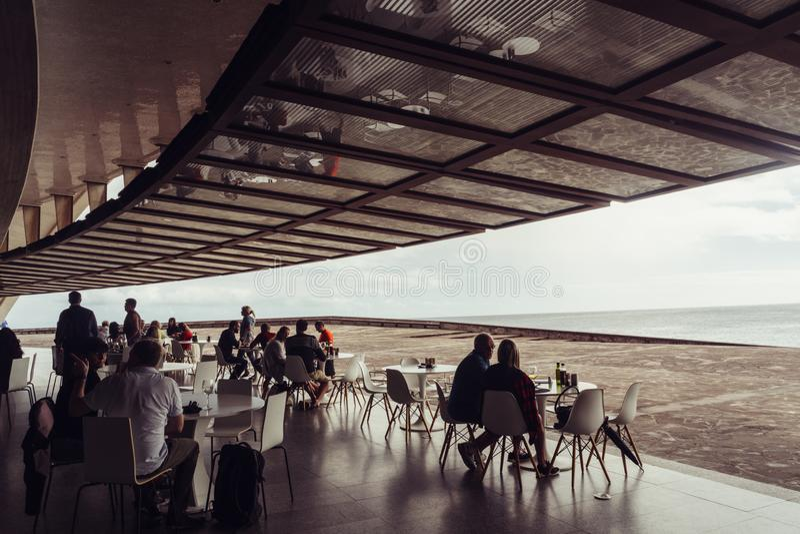 Auditorio de Tenerife, Santa Cruz de Tenerife, Espania - Oktober 26, 2018: Några personer sitter i kafét från Auditorioen royaltyfri fotografi