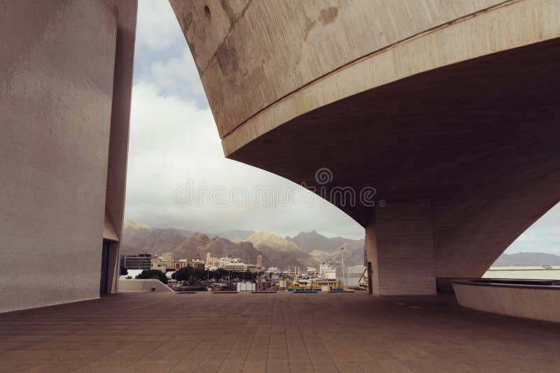 Auditorio de Tenerife, Santa Cruz de Tenerife, Espania - Oktober 26, 2018: Se till och med en sidopanel av Auditorioen de royaltyfri fotografi