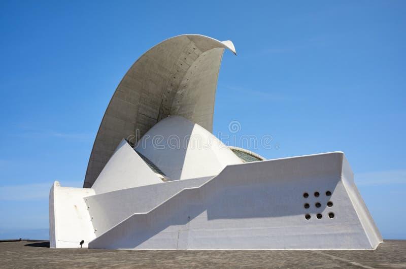 Auditorio de Tenerife som stiger som en krascha våggränsmärkesalong som planläggs av Santiago Calatrava royaltyfria foton