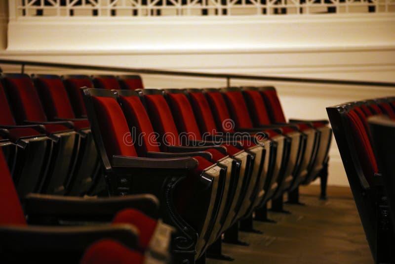 Auditorio vacío del cine con las sillas rojas de lujo imagen de archivo libre de regalías