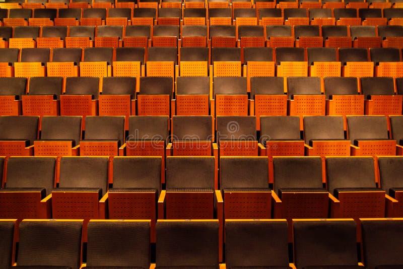 Auditorio vacío, filas de sillas fotografía de archivo libre de regalías