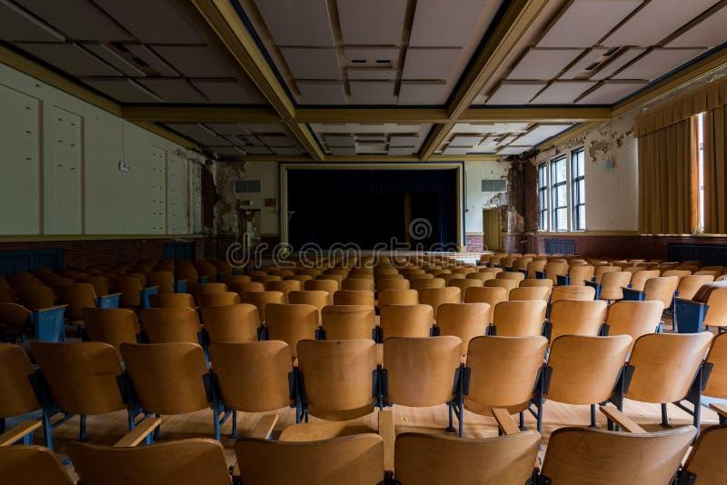Auditorio Vintage - Escuela Gladstone abandonada - Pittsburgh, Pensilvania imagenes de archivo