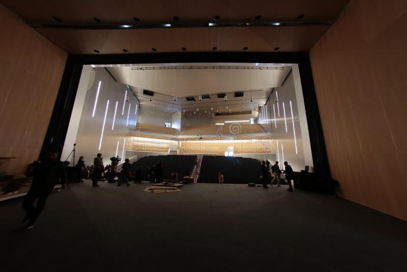 Auditorium binnen de moderne bouw van het congrespaleis royalty-vrije stock afbeeldingen