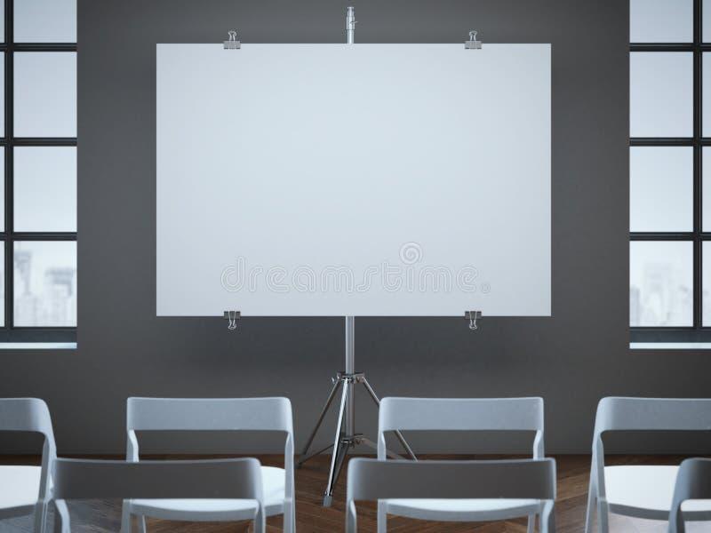 Auditorium con lo schermo in bianco e le file delle sedie immagine stock
