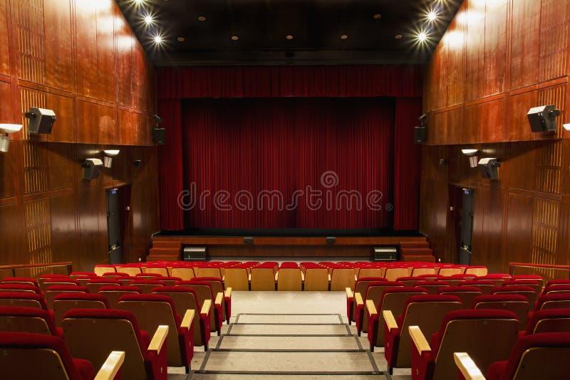 Auditorium met rode stoelen stock afbeeldingen