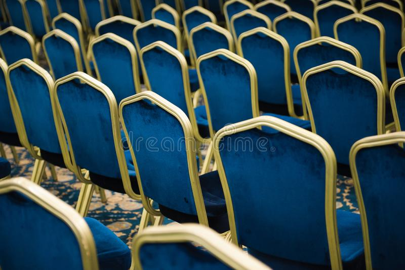 audytorium kino pusty ogromna liczba błękitni aksamitów krzesła z rzędu zdjęcie royalty free