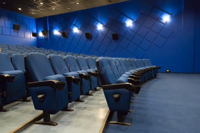 audytorium kino pusty Puści rzędy błękitni teatru lub filmu siedzenia obraz stock