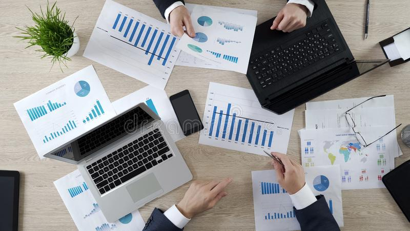 Audytorowie sprawdza biznesowych dokumenty firma, pracuje na laptopach, odgórny widok obraz royalty free