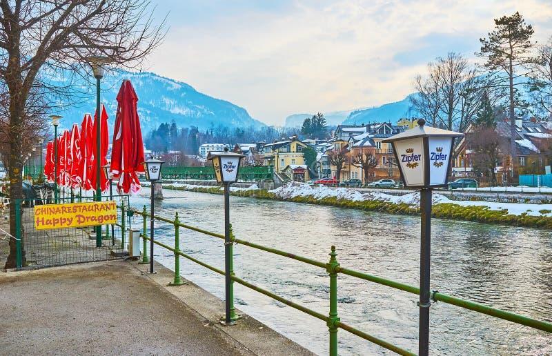Auf Bank von Traun-Fluss, schlechtes Ischl, Salzkammergut, Österreich stockbilder