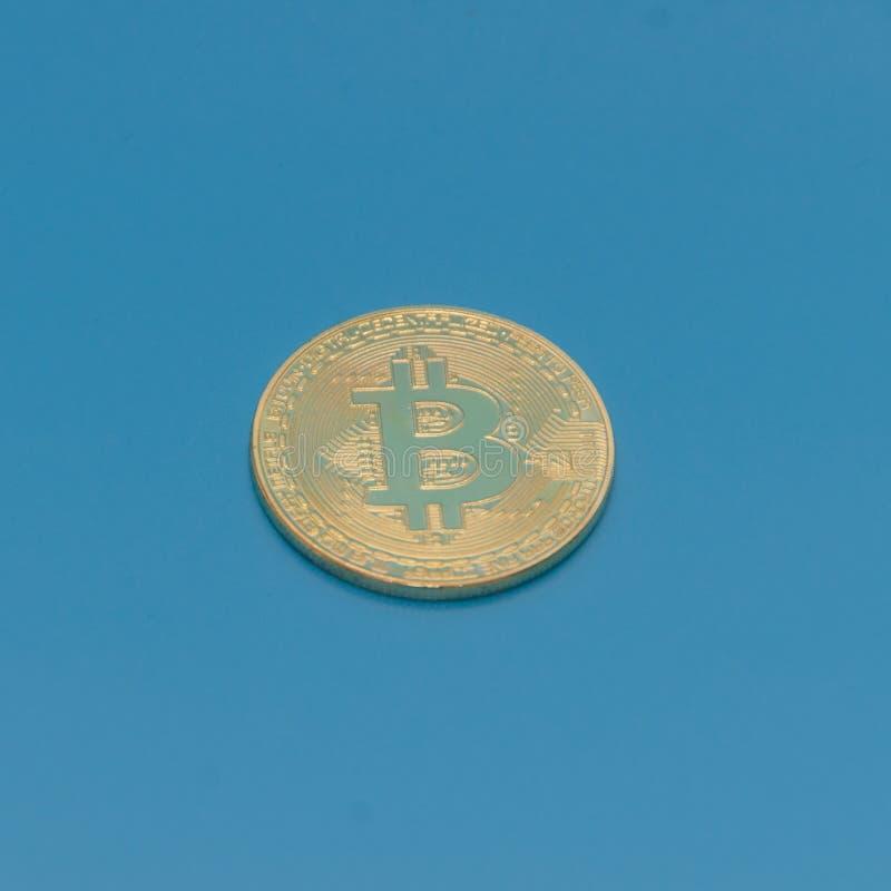 Auf blauem Hintergrund von Gold-bitcoin cryptocurrency lizenzfreies stockfoto