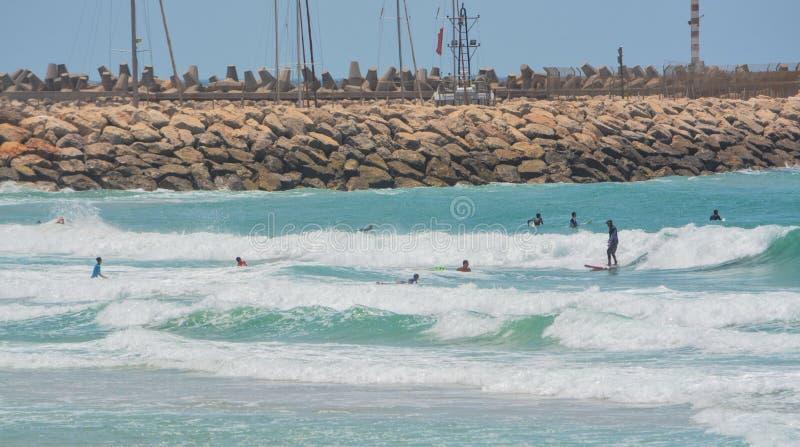 Auf das Mittelmeer in Ashkelon surfen, Israel lizenzfreie stockfotografie