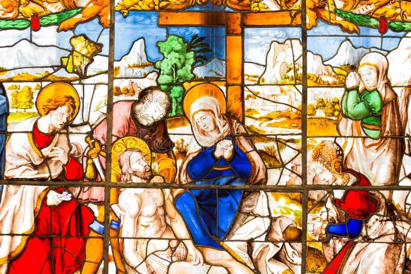 Auf dem Buntglasfenster die Szene, die Jesus Christ Made in den hellen und schönen Farben beklagt stockfoto