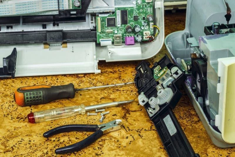 Auf dem Desktop ist auseinandergebaute Ausrüstung und Werkzeuge für Reparatur lizenzfreies stockbild