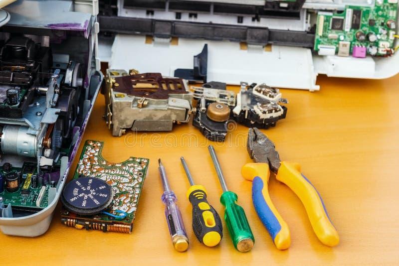 Auf dem Desktop ist auseinandergebaute Ausrüstung und Werkzeuge für Reparatur stockfoto