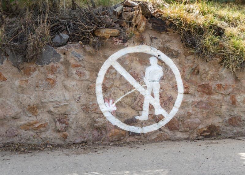 Auf dem Felsen warnen, kein Pinkeln stockfotos