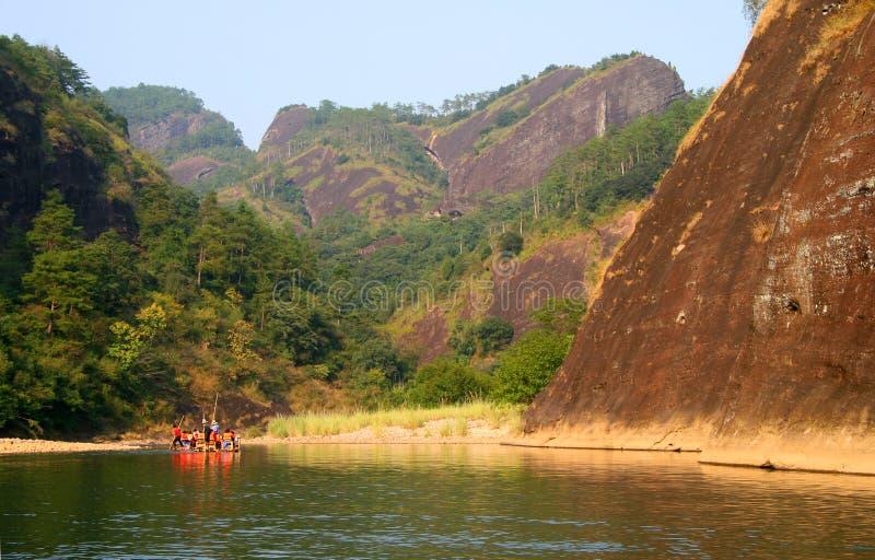 Auf dem Fluss von neun Biegungen flößen, Wuyishan stockbild