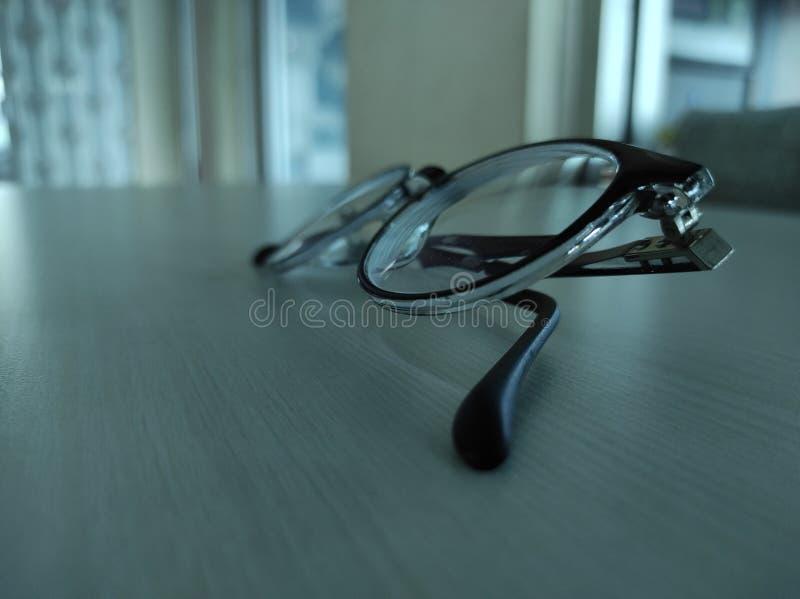 Auf Dem Holztisch Isolierte Brille Von Der Seite Stockbild
