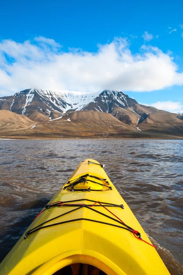Auf dem Meer in Svalbard Kayak fahren, erste Personenansicht stockfotos
