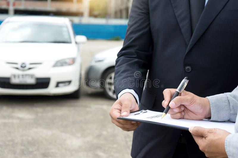 Auf dem StraßenAutounfall-Versicherungsagent Untersuchungscarcrash stockbilder