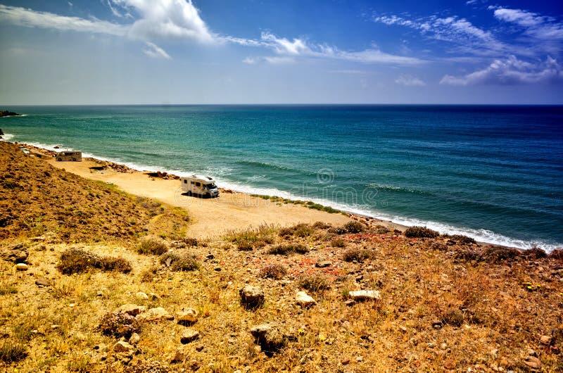 Auf dem Strand mit einem Wohnwagen kampieren, Freiheitskonzept stockfotos