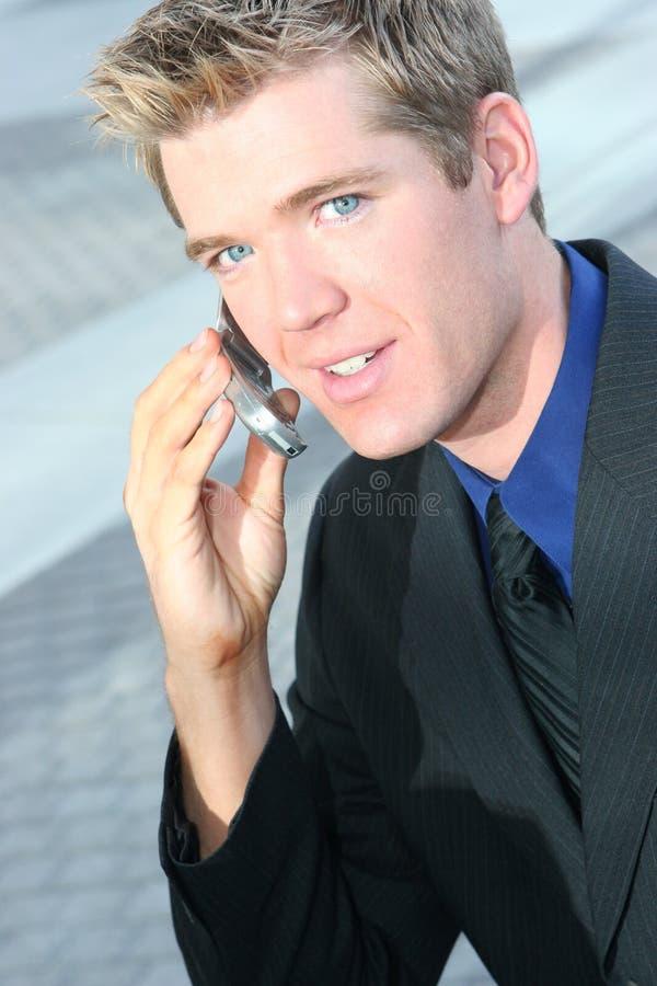 Auf dem Telefon-draußen lizenzfreies stockbild