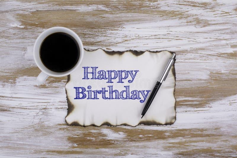 Auf dem Tisch ein Blatt Papier und Text - alles Gute zum Geburtstag lizenzfreie stockfotos