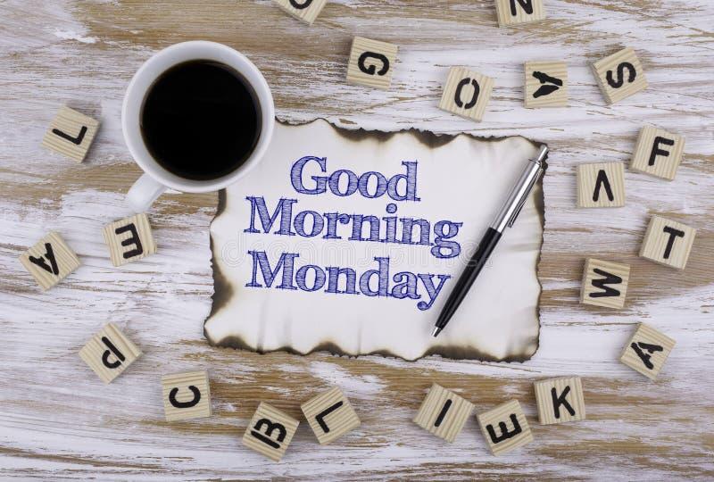 Auf dem Tisch ein Blatt Papier und Text - guten Morgen Montag lizenzfreie stockbilder