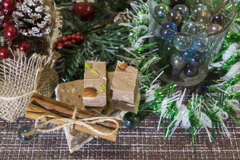 Auf dem Tisch gelegte Weihnachtsdekorationen Kuchen, Zimt, Sternanis, Stücke getrocknete Zitronen, Kiefernniederlassung stockbilder