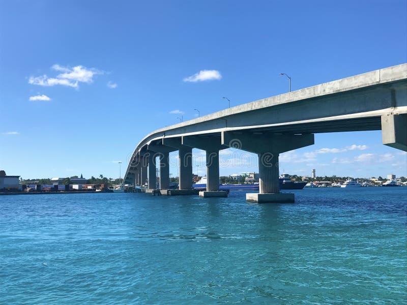 Auf dem Wasser in Nassau, Bahamas in den Karibischen Meeren mit Brücke sho lizenzfreie stockfotos