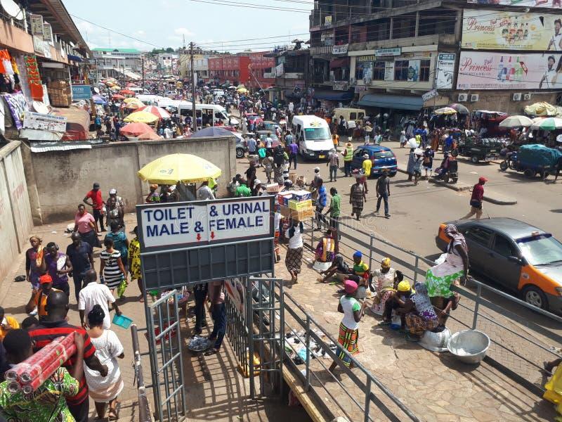 Auf dem Weg zu Kejetia-Markt in Kumasi der größte Freiluft- Markt in West-Afrika stockbild