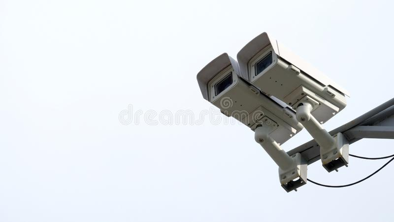 Auf den Kameras des Säulenaufenthalts zwei im Recht des Rahmens Abschluss- oben Steuerung der Videoüberwachung Das Konzept der Ve lizenzfreies stockbild