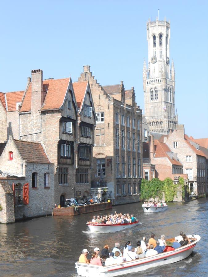 Auf den Kanälen von schönem mittelalterlichem Brügge, Belgien lizenzfreie stockfotografie