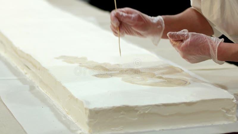 Auf Den Kuchen Zeichnen Die Produktion Von Süßwaren Stock Footage