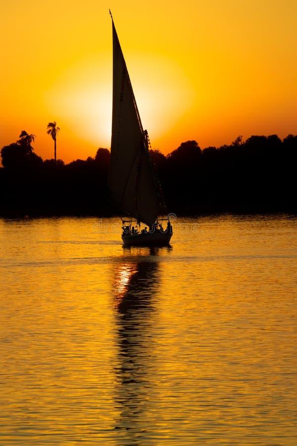 Auf den Nil, Ägypten am Sonnenuntergang segeln stockbild