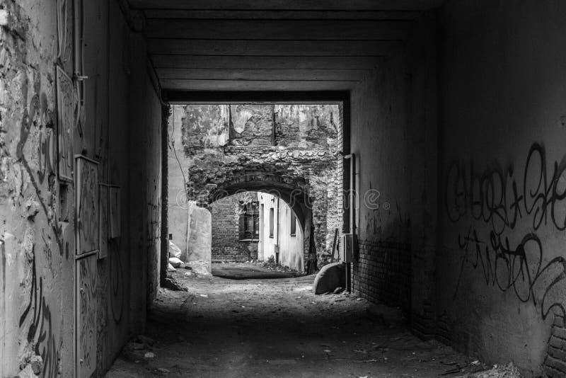 Auf den Stadtränden der Stadt, Graffiti im Bogen, Schwarzweiss-Foto lizenzfreie stockbilder