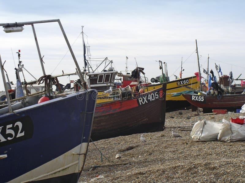 Auf den Strand gesetzte Fischerboote stockfotos