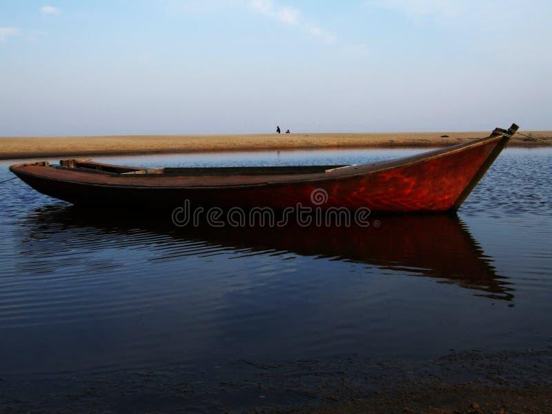Auf den Strand gesetztes Boot lizenzfreie stockfotografie