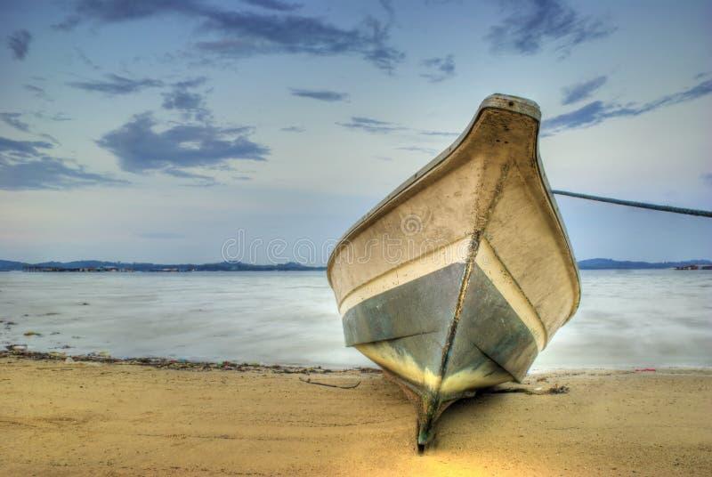 Auf den Strand gesetztes Boot stockbilder