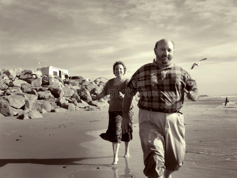 Auf Den Strand Zusammen Laufen Lizenzfreies Stockbild