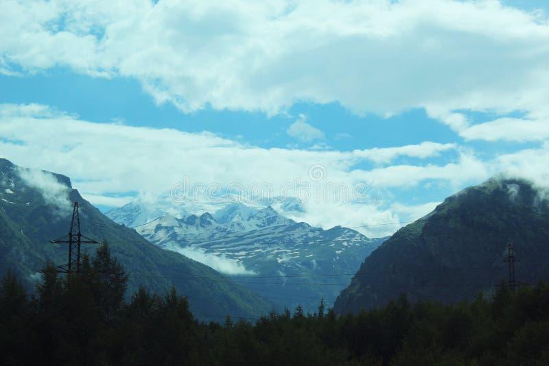 Auf der Höhe eines Vogel ` s Fluges Berg des Berg Elbrus lizenzfreie stockbilder