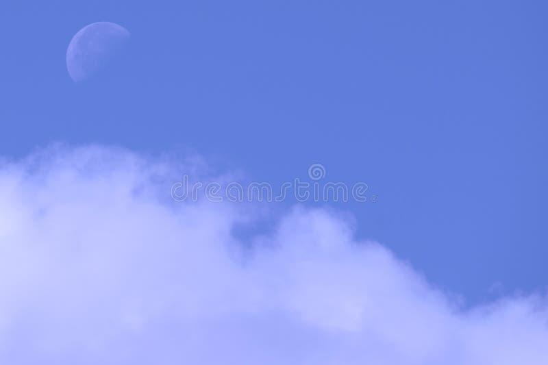 Auf der linken Seite des Mondtages auf blauem Himmel stockfotografie