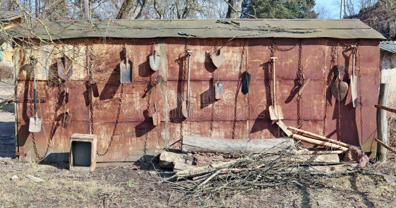 Auf der rostigen Metallwand des Dorfhallenfalles auf den Ketten lizenzfreie stockfotografie