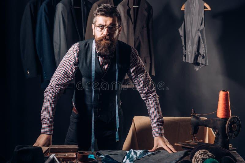 Auf der Suche nach Inspiration Nähende Jacke des bärtigen Mannschneiders Geschäftskleiderordnung handmade Retro- und modernes Her lizenzfreies stockbild