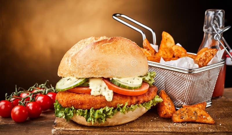 Auf Deutsch genannt Schnitzelbrötchen mit Gemüse und Fischrogen lizenzfreies stockbild