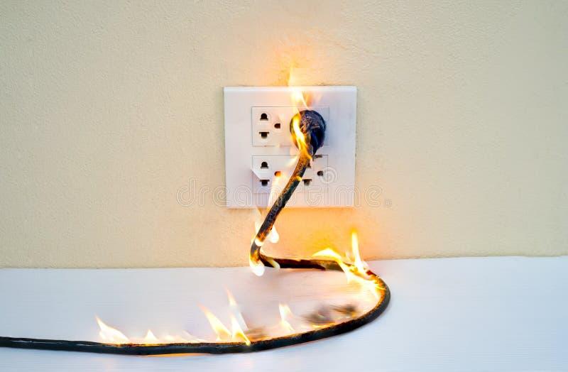 Auf Drahtstecker Behälter-Wandfach des Feuers elektrischem lizenzfreies stockfoto