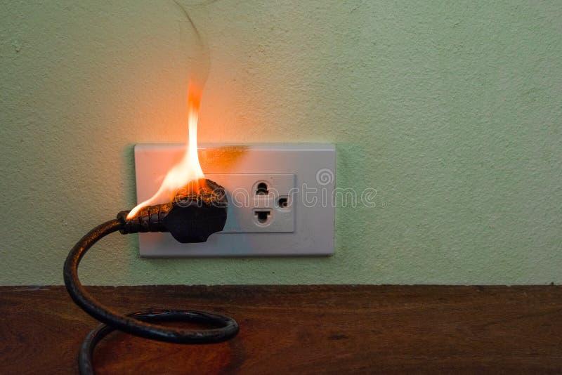 Auf Drahtstecker Beh?lter-Wandfach des Feuers elektrischem stockbild